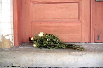 dead_roses_on_my_doorstep_by_crimson_seraphim